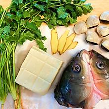 奶白色的白贝香菜/芫茜鱼头豆腐汤