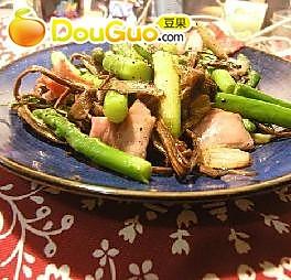 芦笋培根炒茶树菇的做法
