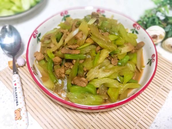肉这么炒不放淀粉也不老:芹菜炒肉的做法