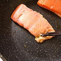 用平底锅做【杂粮三文鱼烤饭团】美味健身餐的做法图解3