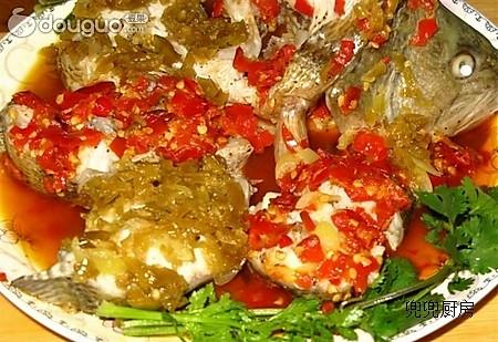 双色剁椒鲈鱼的做法