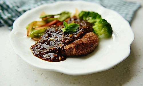黑椒牛排配时蔬——自己熬制黑椒汁儿#自己做更健康#的做法