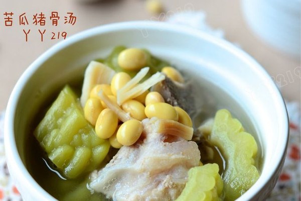 【苦瓜猪骨汤】:夏日消暑下火汤的做法