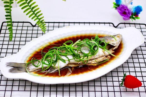 鲜美无比的粤式清蒸鲈鱼的做法