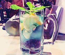 蓝玫瑰威士忌调酒饮料的做法