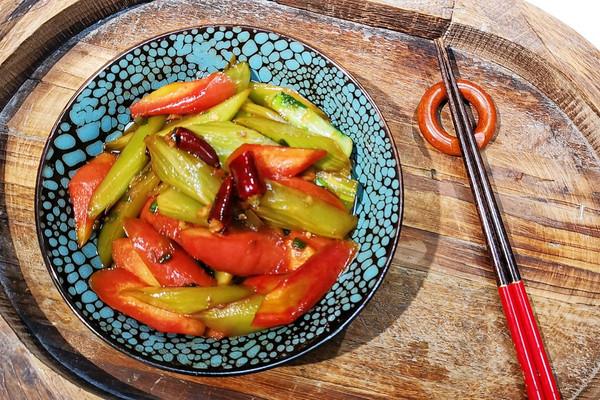 居然没有肉肉【素炒双萃【❤️川菜】素食莴笋胡萝卜蜜桃爱营养师的做法