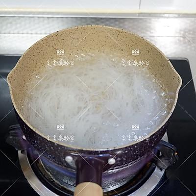 酸辣拌米粉的做法 步骤2