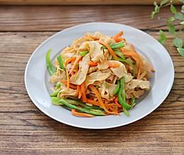 #快手又营养,我家的冬季必备菜品#青椒炒豆皮的做法