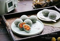 #换着花样吃早餐#咸蛋黄肉松艾草麻薯的做法