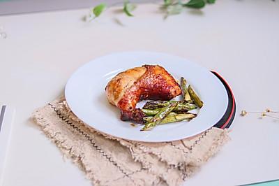 鲜嫩多汁烤鸡全腿配芦笋