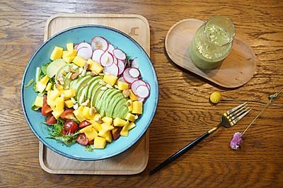 精致早餐:油梨果沙拉配猕猴桃柠檬汁