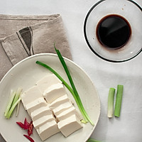 青蒜酱油煎豆腐的做法图解1