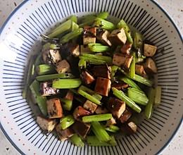 豆干炒芹菜的做法