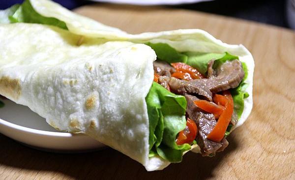 嫩牛肉卷饼#利仁电饼铛,烙烤不翻锅#的做法