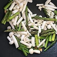 低脂芦笋蟹味菇的做法图解4