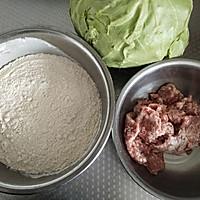 圆白菜猪肉包子的做法图解1