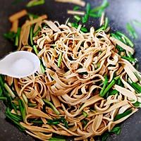 青蒜苗炒豆腐皮#做道好菜,自我宠爱!#的做法图解7