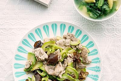 减脂餐~西葫芦木耳炒肉片&玉米笋青菜豆腐汤
