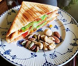 #我们约饭吧#超快手早餐:肉松午餐肉玉米粒三明治的做法
