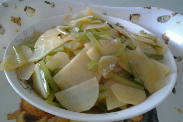 芹菜炒土豆片的做法