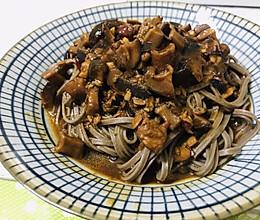 香菇焖肉荞麦面的做法