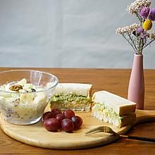 精致早餐:西芹水果沙拉配牛油果鸡蛋三明治