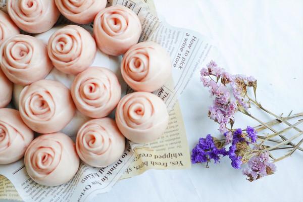 满满少女心的淡粉色馒头:紫薯玫瑰馒头