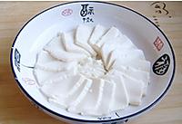 香菜皮蛋豆腐的做法图解2