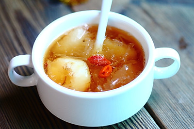 冰糖雪梨银耳荸荠汤