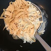 #爽口凉菜,开胃一夏!#凉拌豆腐皮的做法图解5