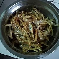 双椒炒小黄鱼的做法图解1