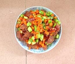 青瓜萝卜炒腊肠的做法