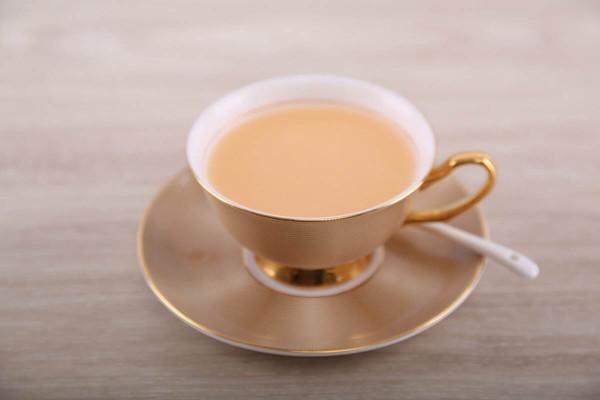 在家5分钟轻松自制焦糖奶茶的做法