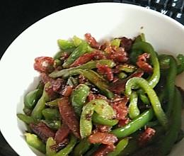 青椒与香肠的邂逅~美味香肠炒青椒的做法