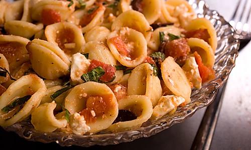 番茄紫苏意面配橄榄和羊乳酪的做法