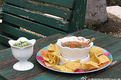 酷爽开胃菜:墨西哥红绿Salsa辣酱配玉米片