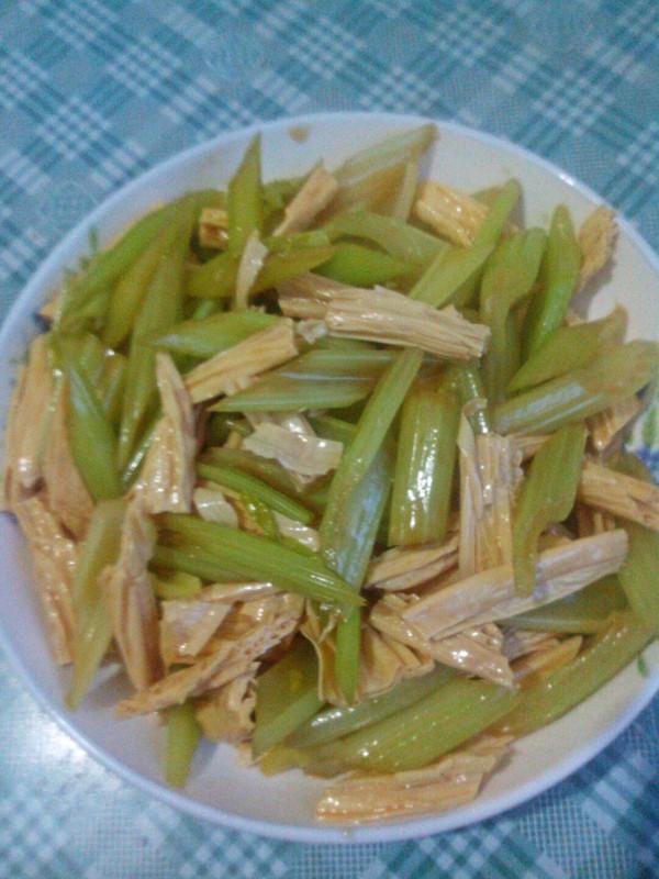 菁选酱油试用――芹菜腐竹的做法