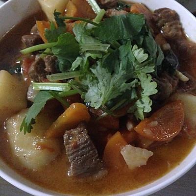 牛腩炖西红柿土豆汤