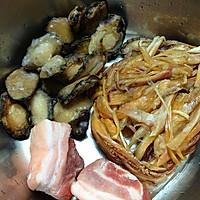 小鲍鱼鱿鱼干炖五花肉的做法图解1