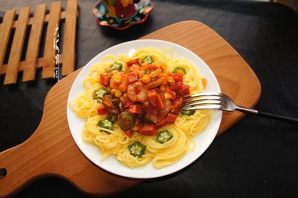番茄虾仁意面配秋葵绿胡椒粉的做法