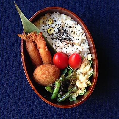 午餐便当 - 松仁玉米饭&炸面包虾