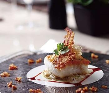 大西洋银鳕鱼伴烩青葱配红酒汁的做法