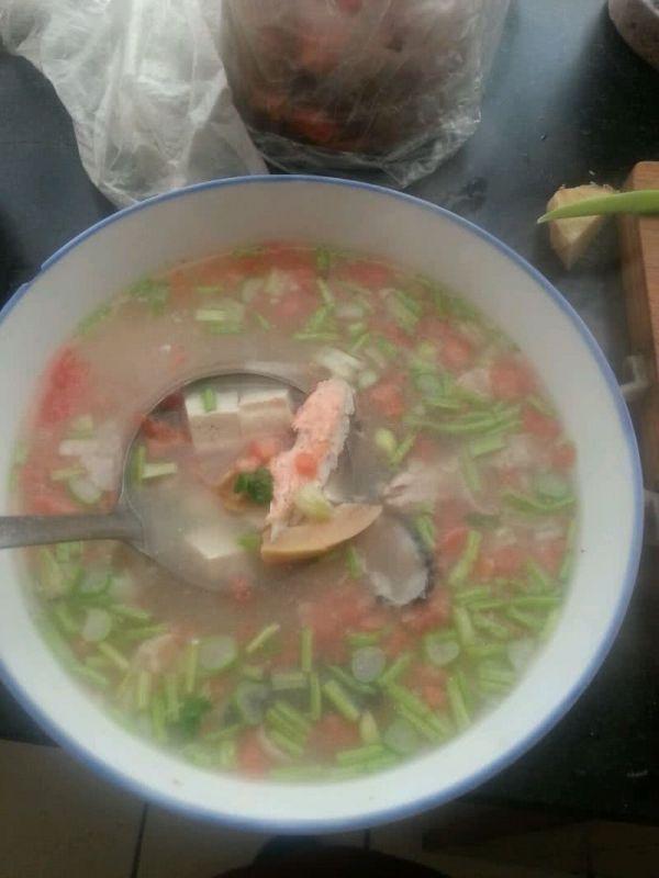 三文鱼骨竹笋豆腐汤的做法
