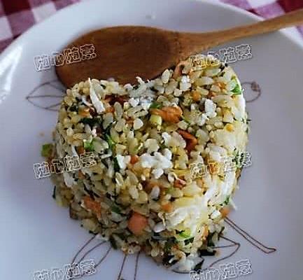 荠菜鲑鱼炒饭的做法