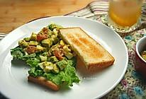 牛油果鸡蛋沙拉三明治 #快手早餐#的做法
