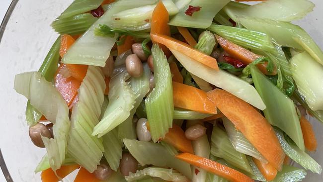 脆爽的西芹胡萝卜花生米杂拌儿的做法