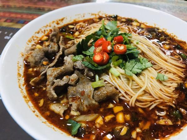 这碗蒜香肥牛面,麻辣、酸辣都够味儿的做法