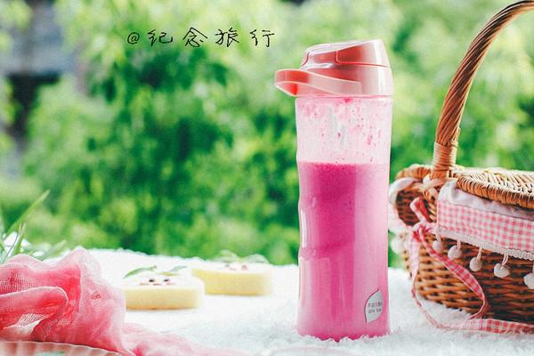 喝了会变美的牛奶火龙果汁