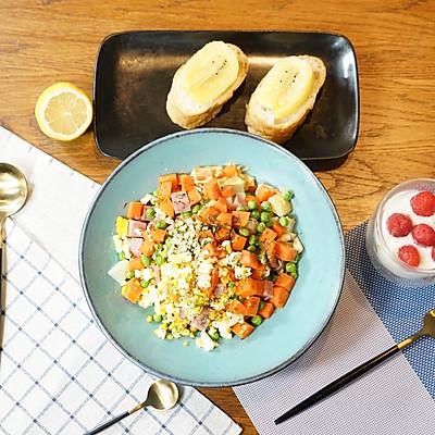 精致早餐:火腿青豆沙拉配酸奶水果捞