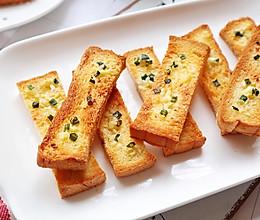 #换着花样吃早餐#蒜蓉烤吐司的做法